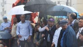 Leonel Fernández expuso un discurso bajo una intensa lluvia. Foto Alberto Calvo.