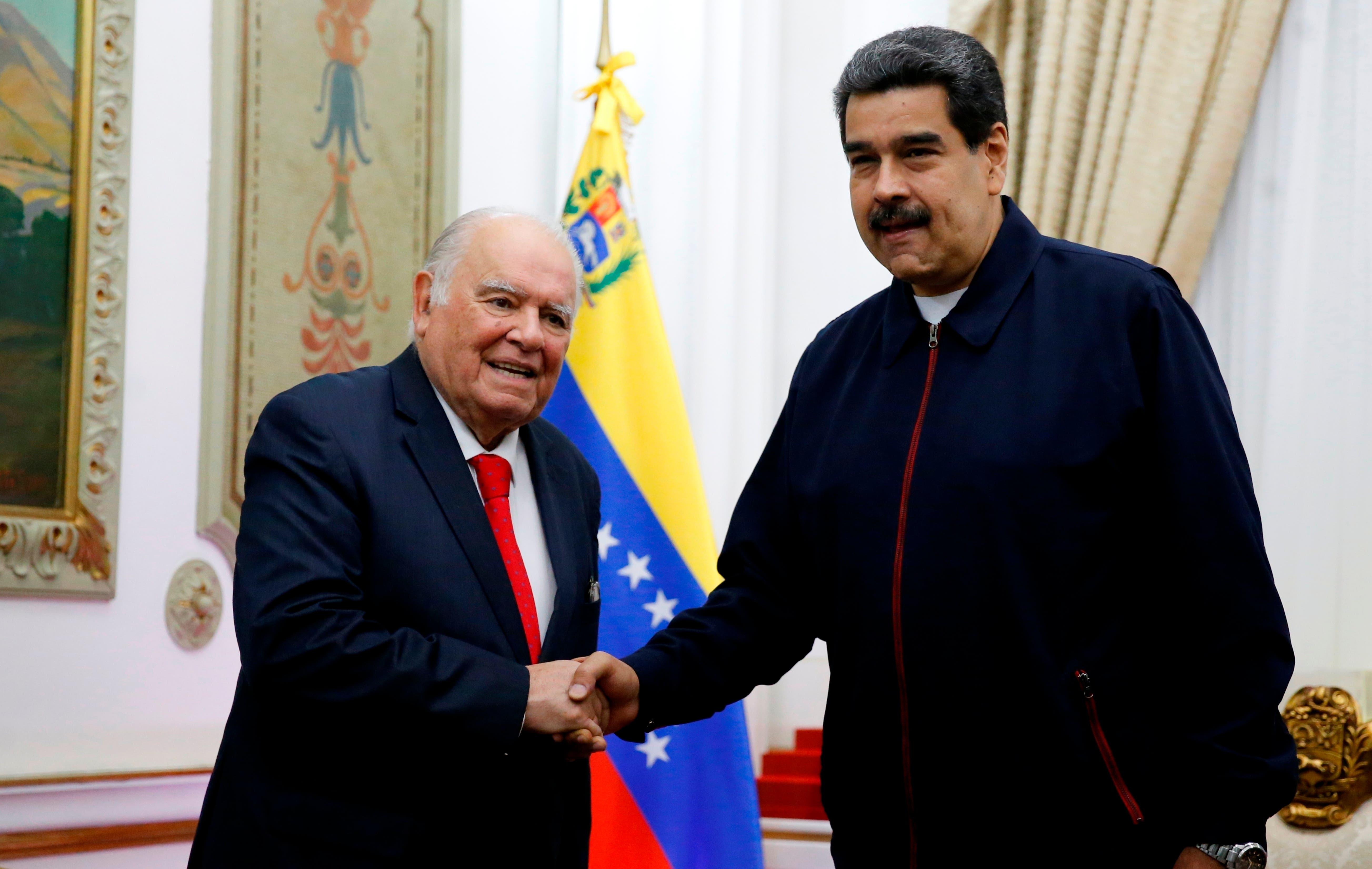 Enrique Iglesias y Nicolás Maduro se reunieron este martes.AP
