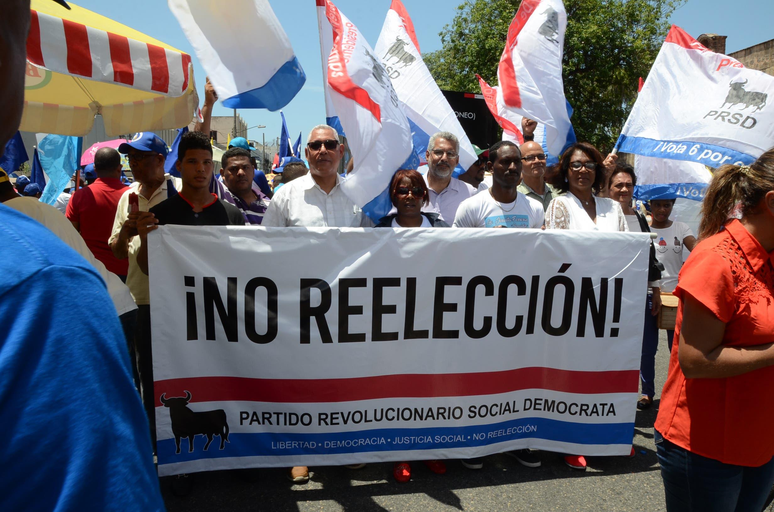 2. Marcha del PRM y partidos aliados, en contra de la modificación a la Constitución y la corrupción, desde el parque Enriquillo hasta el parque Insependencia/foto: José de León