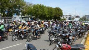 Los motoconchistas acudieron en masa hacia el frente del Congreso a protestar contra una nueva reforma Constitucional. Foto: José de León/El Día.