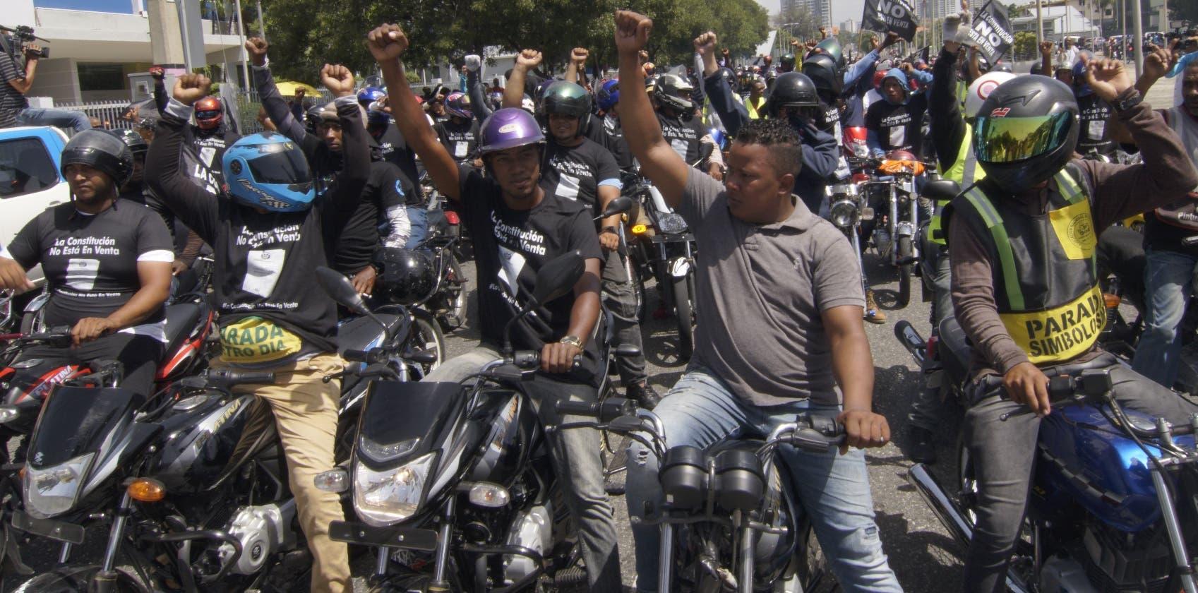 Efectivos militares y de la Policía acordonaron toda el área   perimetral,  que incluía  hasta  tres calles  antes del Congreso.  E. tapia.