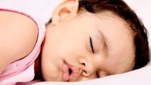 Los niños y los bebés suelen dormir con la boca abierta porque es común que tengan la nariz tapada.