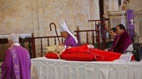 Vista del cuerpo del cardenal Jaime Ortega durante una misa en su honor el 26 de julio de 2019, en la Catedral de La Habana (Cuba). Fieles, religiosos y miembros del clero cubano rinden honores este sábado al fallecido cardenal Jaime Ortega, la máxima autoridad católica en la isla, en la Catedral de La Habana, la parroquia del que fuera arzobispo de la capital y un importante mediador con el Estado cubano. EFE