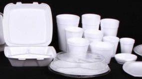 El poliestireno expandido no es reutilizable, no se degrada en la naturaleza, pues no absorbe agua y no se pudre, y usualmente termina en rellenos sanitarios o en ecosistemas como ríos y océanos.