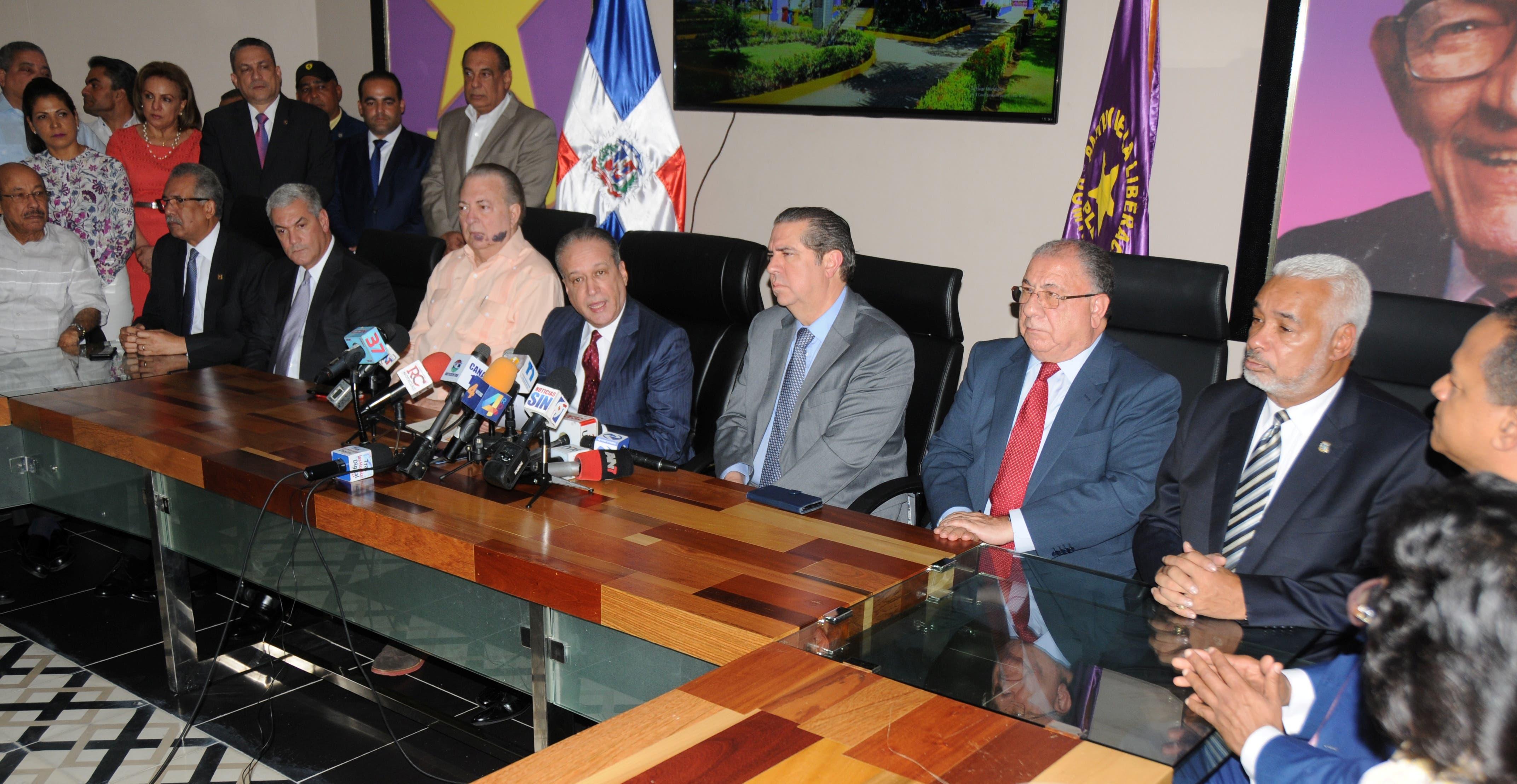 Reinaldo Pared Pérez acompañado de miembros del Comité Político del PLD durante la rueda de prensa.