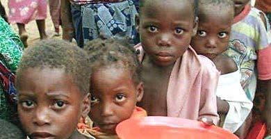El PNUD hace hincapié en que la mitad de las personas que viven en la pobreza en todo el mundo son menores de 18 años.