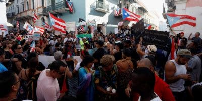 "Protestan con un ""cacerolazo"" para exigir dimisión de gobernador Puerto Rico."