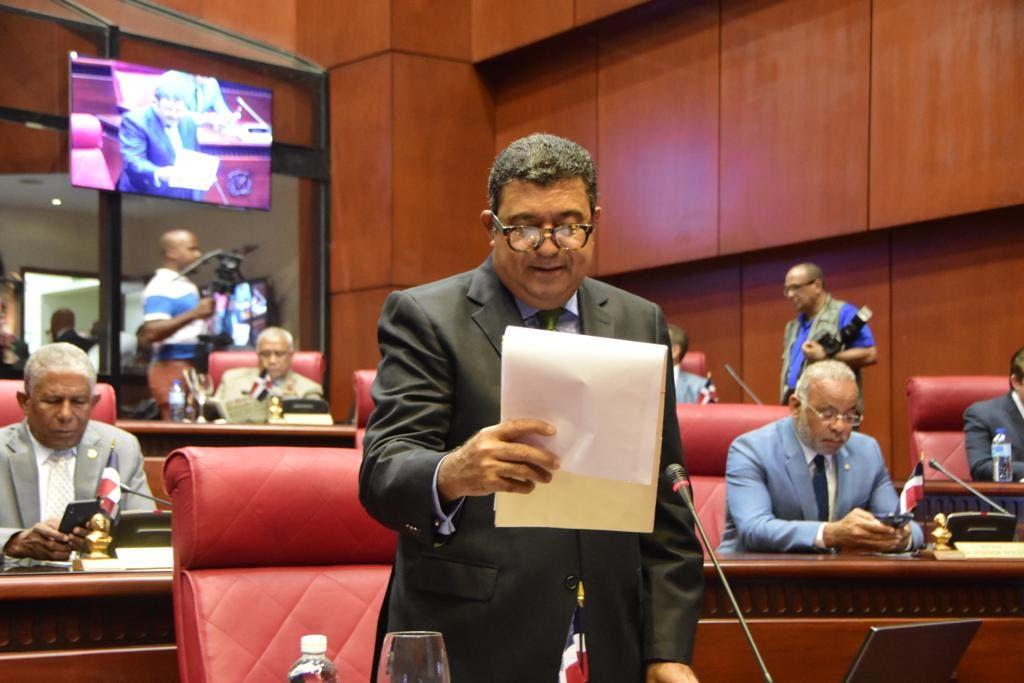 El senador Euclides Sánchez lee informe favorable al proyecto de ley mediante el cual se crea la Corporación del Acueducto y Alcantarillado de San Juan CORASANJUAN.