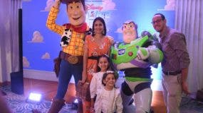 Algunos de los personajes de 'Disney On Ice' posando con niños que asistieron a la rueda de prensa .  Alberto Calvo