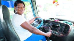 Durante su trayecto, Lila  de la Rosa no deja a ningún pasajero porque le falte n  cinco o diez  pesos, más si son estudiantes en los que ve representados a sus hijas y  familias.  FOTO JOSE DE LEON.