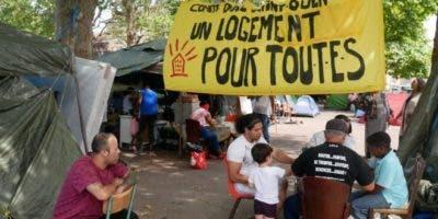 """""""Vivienda para todos"""", reclama el campamento de protesta de los latinos de Saint-Ouen, un suburbio de París."""
