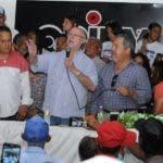 Hipólito Mejía habla a seguidores en un acto en Ocoa.