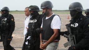 Toño Leña escoltado hasta avión de la DEA que lo llevó  a Puerto Rico.  cortesÍa  Franklin Guerrero
