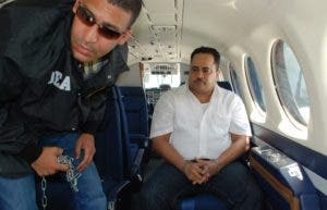 Maconi a bordo del avión de la DEA junto a un agente de esta.