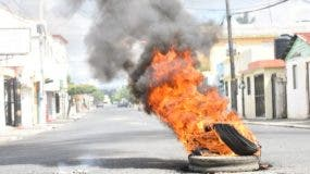 Manifestantes incendiaron neumáticos en varios puntos de San Francisco de Macorís.