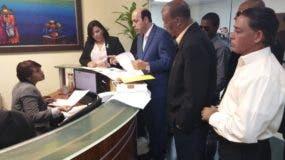 Hipólito Polanco mientras depositaba los documentos en el TSE.