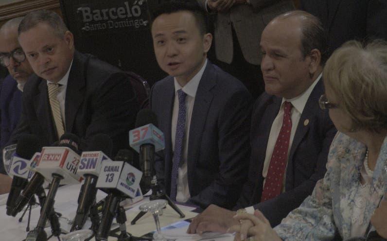 Embajador chino junto a comerciantes. ELIESER TAPIA