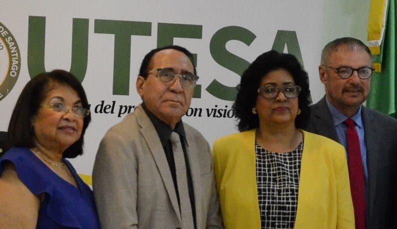 Autoridades e invitados durante el lanzamiento.  José de León