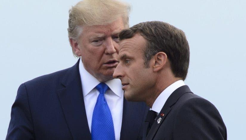 Donald Trump habla con Emmanuel Macron en la cumbre.  ap