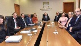 Representantes del Banco Central y de Asociación de Industrias analizan economía.