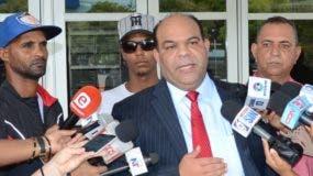 Tres de los que han sido interrogados   por la Procuraduría junto a su abogado Félix Portes.