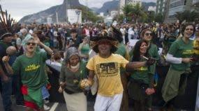 Una gran concentración de brasileños protestó ayer por los fuegos forestales que arrasan gran parte de la  amazonía. ap