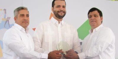 Representantes de la Cámara entregan una distinción a Rafael Paz Familia, director del Consejo Nacional de Competitividad.