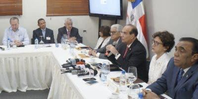 El pleno de la Junta Central Electoral se reunió ayer con los delegados del PRM y del PLD.  ELIESER TAPIA