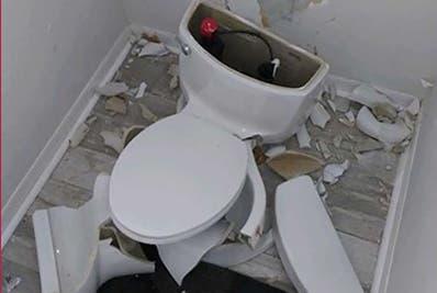 El inodoro explotó en el baño principal de los dueños.