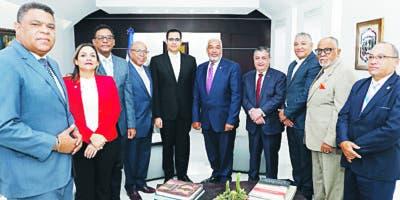 Juan Ariel Jiménez junto  Radhamés Camacho, quien estuvo acompañado de varios legisladores.