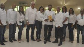El director, Ricardo García entrega una distinción al servidor   meritorio del año, junto a encargados departamentales.