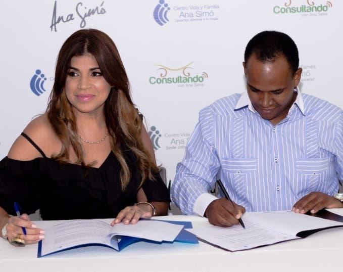 La doctora Ana Simó  y el doctor Jairo Mercedes en el momento de la firma.