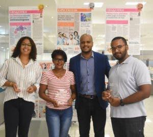 Carlos De Vargas, editor de Diseño de EL DÍA, junto a los ganadores Haidee Sánchez, Karina Valoy, Joel Francisco.