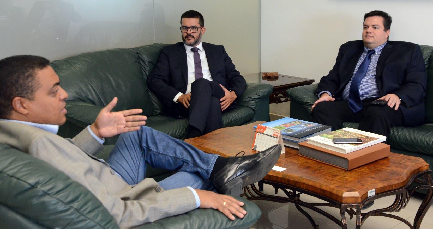 Gabriel Pascual, director de  Mastercard, y Marcus Carmo en visita al director de EL DÍA, José Monegro.  FOTO: Jorge González