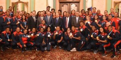 El presidente Danilo Medina junto a funcionarios del Gobierno,  dirigentes deportivos y  atletas medallistas  de los Juegos de Lima    durante el recibimiento   en el Palacio Nacional.  Alberto Calvo