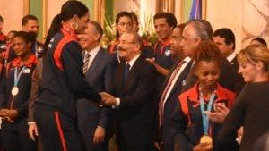 La voleibolista Anneys Vargas saluda al presidente Danilo Mediana. ALBERTO CALVO