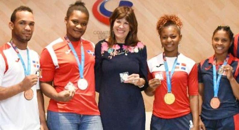 Embajadora de Estados Unidos presenta programa de desarrollo al Comité Olímpico