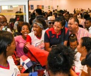 La llegada de los atletas transformó la tarde de ayer en festiva el Aeropuerto Punta Cana.