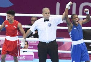 Momento en que el árbitro declara a Rodrigo Marte, ganador.