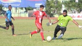 Acción de uno de los partidos de la  jornada del fin de semana en el torneo de la Liga Dominicana de Fútbol.   fuente  externa