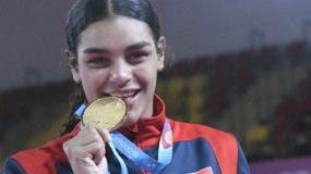 Tanya Rodríguez   muestra con orgullo su medalla de oro.