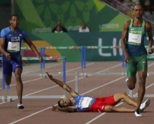 Juander Santos cae al chevrón en los 400 metros vallas. AP