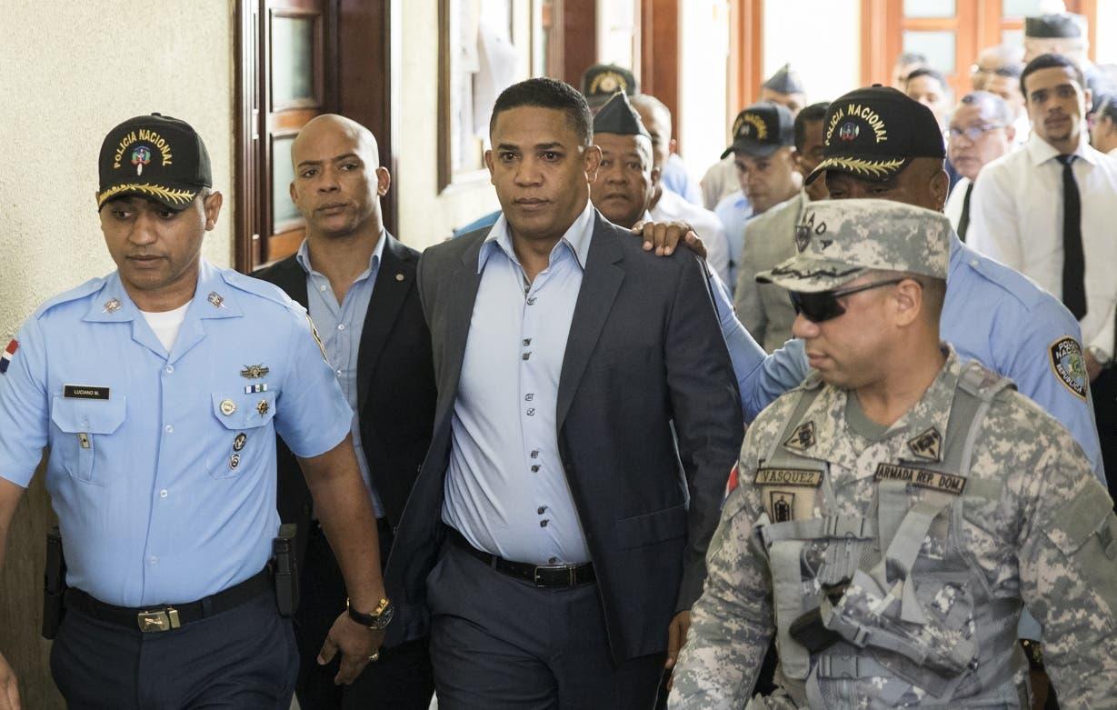 El ex lanzador Octavio Dotel, mientras era conducido ayer en el Palacio de Justicia.  Ap
