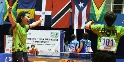 Shary Muñoz celebra luego de obtener dos medallas de oro.