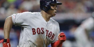 El dominicano Rafael Devers emerge como uno de los mejores bateadores en las Mayores.  AP