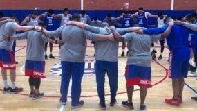 La selección nacional de baloncesto rinde homenaje ayer al importal Frank Prats.