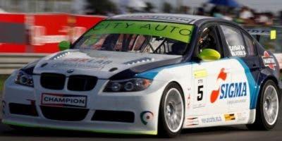 El BMW de Tonino Aybar recorre  el    Autódromo .    externa