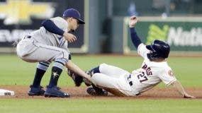 El dominicano Willy Adames pone out a José Altuve.ap
