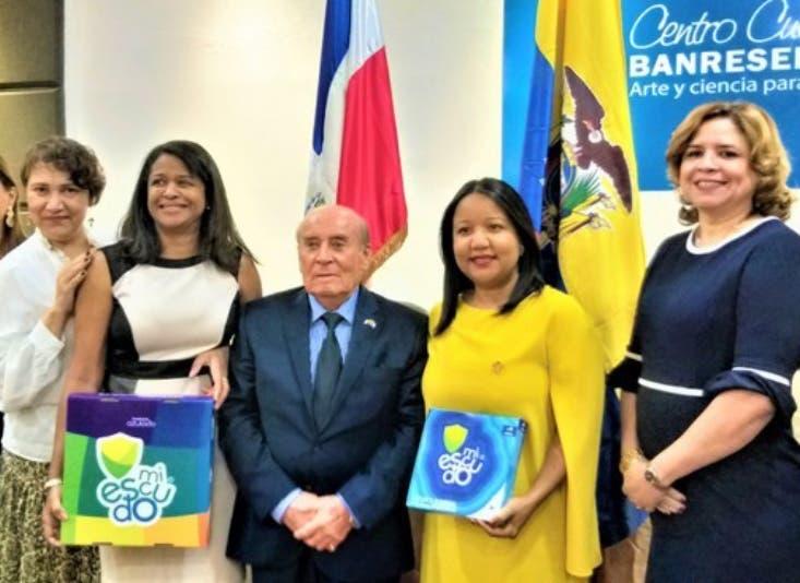 Ejecutivos de la entidad con el escudo creado en Ecuador y que se usará aquí para  educar sobre Abuso Infantil.