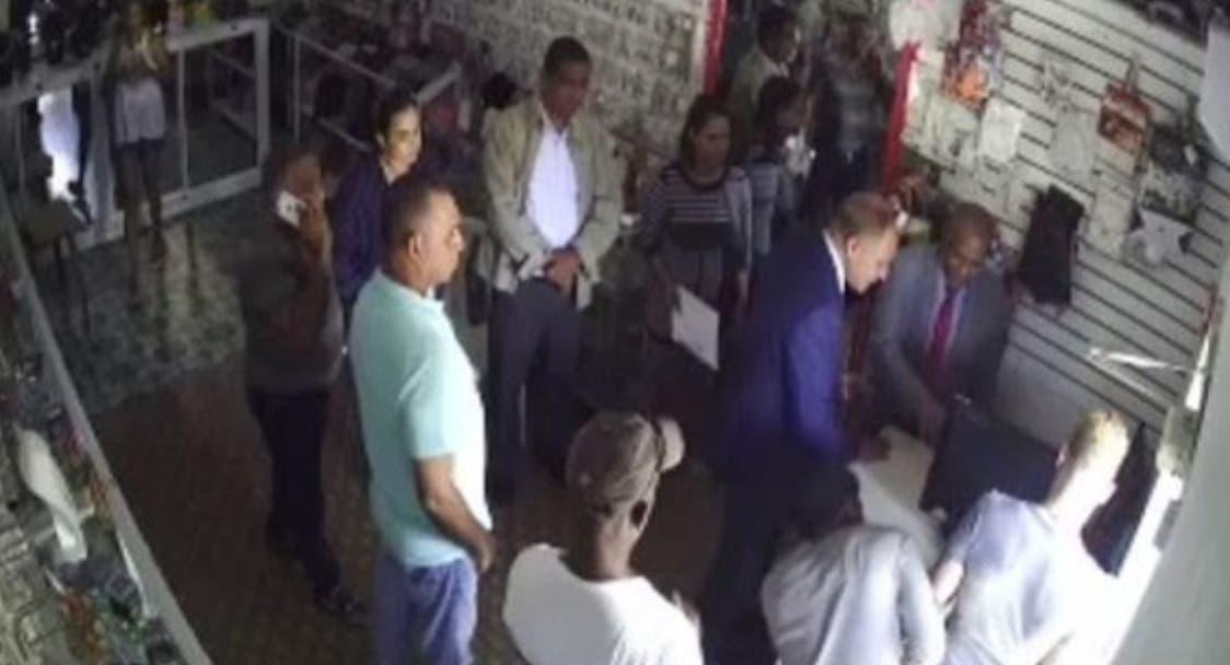 Miembros de  Procuraduría cuando hacían  experticia en barbería en Villa Vásquez.  fuente externa